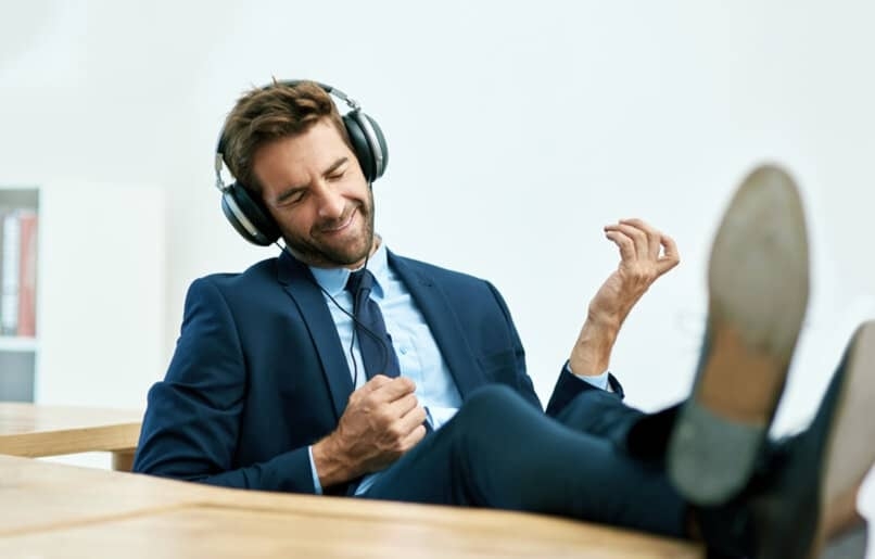 persona escuchando musica en rave